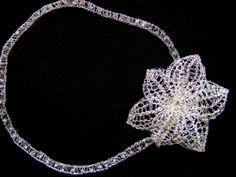 Na foto tiara ou headband com flor de 10 cm em banho de prata . Orçamentos marcia.avila@yahoo.com.br
