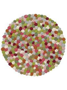 Hier liegt Ihnen ein wahres Blütenmeer zu Füßen! Mit aufgenähten, von Hand gestrickten Blüten. Leichte Farb- und Maßabweichungen möglich da Handarbeit. Jedes Stück ein Einzelstück. 100% Baumwolle....