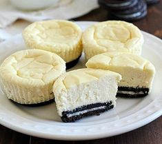 Lighter Mini Cheesecakes With Oreo Crust! What goes great with Oreo cookies? You must try these Lighter Mini Cheesecakes With Oreo Crust! Dessert Ww, Ww Desserts, Healthy Desserts, Dessert Recipes, Light Desserts, Plated Desserts, Healthy Recipes, Weight Watchers Desserts, Weight Watchers Cheesecake