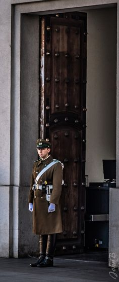 https://flic.kr/p/V39ji4 | Guard - Palacio La Moneda - Santiago Centro- 29 Junio 2017 | Also join me at www.flickr.com/people/jax_chile/ and/or johnbankson.tumblr.com/  Photos by John Edward Bankson using a Fujifilm X-T2 camera paired with a Fujinon XF18-135mm F3.5-5.6 R LM OIS WR lens.