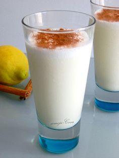 Leche Merengada Spanish Cuisine, Spanish Food, Frappuccino, Tex Mex, International Recipes, Milkshake, Glass Of Milk, Panna Cotta, Ice Cream