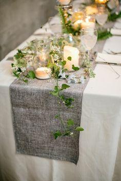 hochzeitstisch deko kriechende pflanzen farn windlichter
