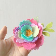 Felt flower magnet in multiple colors. #幼稚園畢業 #handmade #feltcraft #feltcraft #feltflowers #flowermagnets #turquoise #felt #magnet #fridgemagnets #art #multiplecolors #rainbow