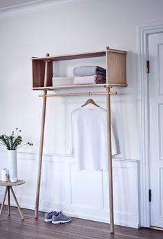 caisse rectangulaire+barre suspension bois clair - entrée|| Tojbox Wardrobe by Woud Denmark