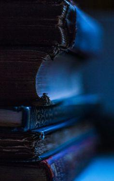 ideas dark art photography deep blue for 2019 Ravenclaw, Estilo Harry Potter, Yennefer Of Vengerberg, Bleu Indigo, Mood Indigo, Book Aesthetic, Aesthetic Light, Rainbow Aesthetic, Midnight Blue