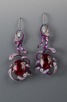 Tsai An Ho, titanium ear pendants Unusual Jewelry, Modern Jewelry, Jewelry Art, Antique Jewelry, Jewelry Gifts, Fine Jewelry, Jewelry Design, Vintage Jewellery, Antique Rings