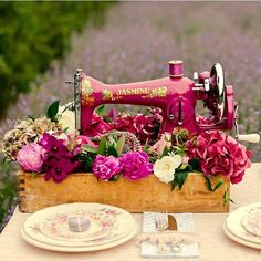 Isn't this vintage sewing machine lovely? We would love to spend the day here sewing with this machine. Where is your favorite place to sew? . . : @the_heirloom