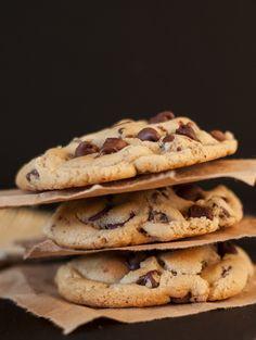 Mmmm galletas de chispas de chocolate, creo que no me equivoco al decir que son las favoritas de todos los tiempos. Si ustedes son como yo, que les gusta hornear y las cosas hechas en casa, seguram...