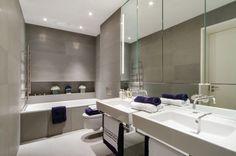 Originelle Einrichtungsideen im Bad – wie Sie Ihre Badetücher mit Stil aufbewahren - einrichtungsideen im bad marineblau und weiß auf grauer kulisse