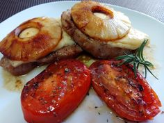 Lomo de cerdo con piña y queso al Pedro Ximénez Receta inspirada y tuneada de Divina Cocina. En su receta la carne va a plancha, nosotros introducimos el Pedro Ximénez, la mantequilla y el romero para hacer la carne. Y los tomates a la plancha como guarnición. El lomo de cerdo siempre resulta una carne …