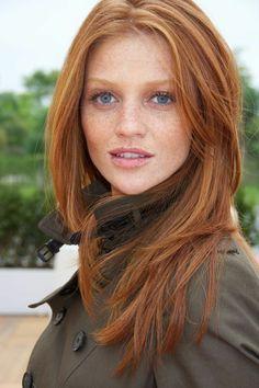 naturrote Haare,blasse Haut, Sommersprosslinge, schöne, blaue Augen, casual Look