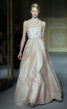 En Riomar fotógrafos nos gusta este elegante vestido de novia de Georges Hobeika. http://riomarfotografosdeboda.com