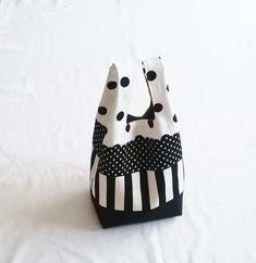 ドットやストライプのモノトーンでまとめたクールでポップな大人可愛いバッグ。暖かい季節であればリネンをたっぷり使ったブラックのロングワンピースに合わせてみたいデザインです。 Sewing Sleeves, Embroidery Bags, Packaging Supplies, Japanese Patterns, Handmade Baby, Fabric Patterns, Diy Fashion, Canvas Tote Bags, Diy And Crafts