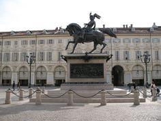 Torino - Il Caval ëd Bronz, altro monumento simbolo della città. Sullo sfondo, gli eleganti portici di piazza San Carlo.