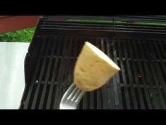 Han kutter poteten i to og setter den på en gaffel. Grilling blir aldri det samme igjen! - Kreative Idéer