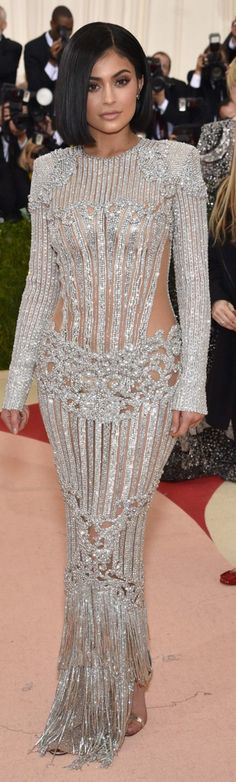 Kylie Jenner in Balmain l Met Gala 2016 l Ria Kylie Jenner Vestidos, Look Fashion, Fashion Show, Latest Fashion, Fashion Trends, Kardashian, Silver Gown, Kylie Jenner Style, Swagg
