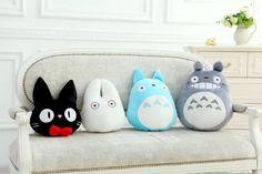 Canapé blanc avec des coussins sous forme de personnages → www.touslescanapes.com