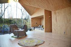 Das hier ist ein gemütliches Haus in Norwegen. Die Architekten von Reiulf Ramstad Architects haben sich ein V-förmiges Haus ausgedacht, das sich schön in die Umgebung einfügt. Im Winter kann man hier skifahren und im Sommer wandern. Das Haus bietet Platz f