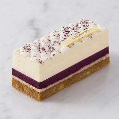 Découvrez le cheesecake revisité par #AngelinaParis, entre la douceur du creamcheese, le croquant du biscuit à l'amande et les saveurs acidulées du cassis, un délice !