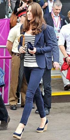 Je ne pouvais oublier Kate et sa marinière !!! ici associée à un pantalon bleu et blazer bleu très classique mais très classe aussi