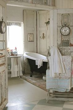Love the romantic, feminine and vintage style of shabby chic look? Here we have some interesting shabby chic bathrooms to inspire you. Browse through all these stunning and charming ideas and get…More Cottage Shabby Chic, Shabby Chic Mode, Estilo Shabby Chic, Shabby Chic Living Room, Shabby Chic Interiors, Shabby Chic Bedrooms, Shabby Chic Furniture, Rustic Shabby Chic, Boho Chic