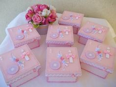 Esta é a versão rosa da lembrancinha de batizado, um mimo! <br>Caixa de madeira pintada e decorada com papéis de scrapbook, sianinha, fitinha, pérolas etc, vidrinho para água benta e amêndoas, tudo personalizado! <br>Fazemos nas cores de sua preferência.