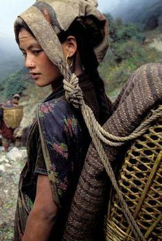 Mujer chhetri, Dhorpatan, Nepal - Lovingly pinned by The Rainbow Farmer Foto Portrait, Portrait Photography, Beautiful World, Beautiful People, People Around The World, Around The Worlds, Costume Ethnique, Beauty Around The World, World Cultures