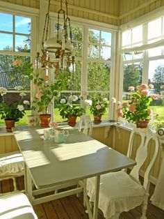 Screened in porch Cozy Cottage, Cottage Homes, Cottage Style, Terrasse Design, My Dream Home, Interior And Exterior, Beautiful Homes, Sweet Home, New Homes