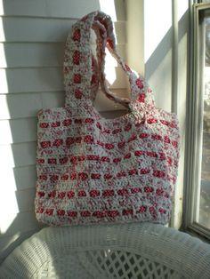 The Crochet Foyer: The Cutest Plarn Grocery/Beach Bag.  Free pattern:  http://thecrochetfoyer.blogspot.com/2012/04/cutest-plarn-grocerybeach-bag.html#