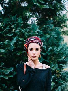 7 Festival Haarschmuck, die keine Blumenkronen sind 7 festival hair accessories that are not flower Fashion Mode, Boho Fashion, Turban Mode, Cooler Look, Bandana Hairstyles, Turban Style, Mode Inspiration, Mode Style, Scarf Styles