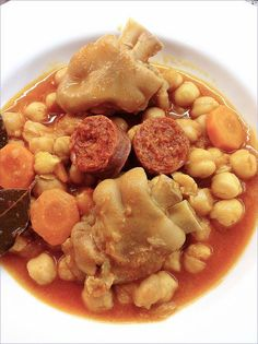 Chickpea stew with trotters Meat Recipes, Mexican Food Recipes, Cooking Recipes, Ethnic Recipes, Pig Feet Recipe, Puerto Rico Food, Spanish Dishes, Peruvian Recipes, Small Meals