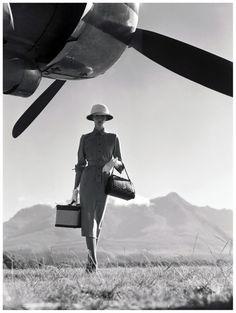 Vogue 1949 Fashion Job, Foto Fashion, Travel Fashion, Safari Fashion, Fashion News, Fashion Trends, Vintage Vogue, Vintage Glamour, Fashion Vintage