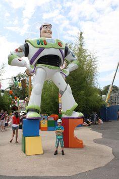 Menne en zijn grote vriend Buzz Lightyear