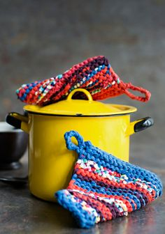 Kierrätystrikoosta (vanhoista T-paidoista) neulotut patalaput SK 3/14. Hand Making, Pot Holders, Madness, Knitting Patterns, Knit Crochet, Coasters, Kitchen, Tips, How To Make
