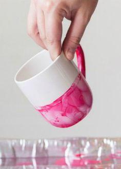 Auf folgende Seite erkennen Sie, wie kann man selber die Tassen mit Nagellack bemalen. Die sehen wunderschön aus und das kann jeder machen.