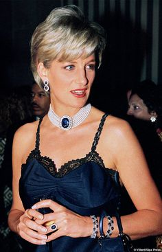 Lady Di wearing John Galliano for Dior at an event for the Metropolitan Museum of Art, Bejeweled, too. Princess Diana Fashion, Princess Diana Family, Princess Diana Pictures, Princes Diana, Princess Of Wales, Princess Diana Jewelry, Lady Diana Spencer, Prinz William, Prinz Harry