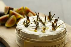 Camembert: The ultimate decadent starter. Oozy melted cheese, flavoured with garlic, rosemary and sweet honey. Baked Camembert Honey, Camembert Recipes, Baked Brie, Baked Camembert Starter, Cooking Camembert, Camembert Cheese, Honey Baked, Cheese Recipes, Cooking Recipes