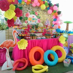 Feel the heat this winter with this fun Pool party! See more party ideas and sha… - Pool Party Flamingo Party, Flamingo Birthday, Luau Birthday, Summer Birthday, Flamingo Pool, Pool Party Themes, Pool Party Kids, Luau Theme Party, Hawaiian Party Decorations
