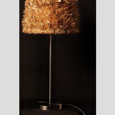 Abat-jour de forme trapézoïdale en plumes naturelles de bécasse  Dimensions: Ø bas: 25 cm H: 13,5 cm Pour douille E27  Matières: métal époxy blanc, polyphane et plumes naturelles de bécasse  Entretien: épousseter délicatement avec un plumeau naturel ou une brosse à poils souples dans le sens des plumes Nous recommandons l'utilisation de fluocompacte ou d'ampoule à LED, des ampoules qui produisent peu de chaleur  Ampoule et pied de lampe non fournis
