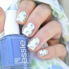 Essie summer collection 2015 // Review La petite robe d'été - fresh flower nail art floral pattern in white blue green - http://lapaillettefrondeuse.blogspot.be/2015/06/essie-summer-collection-2015-review-la.html