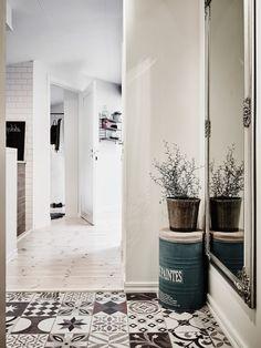 Carreaux De Ciment Et Miroir Pour Une Belle Entrée