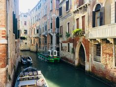 Kanały w Wenecji. Tutaj: dostawa towaru do pobliskiego baru. #venice #venezia #wenecja #włochy #italy #italian #italien #gondole #italian