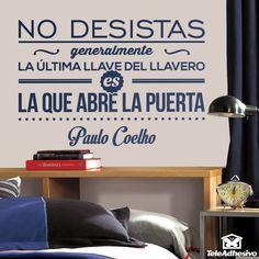 """Vinilo decorativo tipográfico sobre una frase motivadora de Paulo Coelho: """"No desistas, generalmente la última llave del llavero es la que abre la puerta."""""""