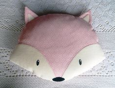 Coussin en forme de renard en coton imprimé rose, yeux et centre des oreilles en velours raz blanc appliqués, pupilles brodées. Idéal pour un cadeau de naissance ou pour dé - 13690515