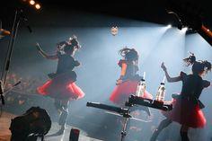 "「BABYMETAL WORLD TOUR 2015 in JAPAN」Zepp DiverCity TOKYO via natalie.mu  http://natalie.mu/music/news/163331   ""BABYMETAL WORLD TOUR 2015 in JAPAN」Zepp DiverCity TOKYO公演2日目の様子。(Photo by Taku Fujii)""   MEGITSUNE -- KITSUNE MASK !!!"