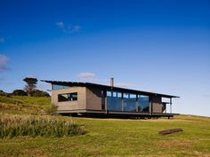 In Victoria, Australia there´s a wooden prefab home quietly settled in a marvelous natural context. Sugar Gum House boost the daily experience of such an exceptional site, perched a few meters from the sea, facing white sandy beaches to the south and luxuriant green hillsides dispersed with cattle and sheep to the north. The stage …