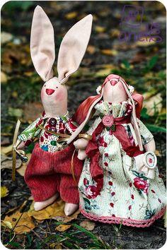 Парочка влюбленных зайцев. Парень - менеджер, деньги зарабатывает. Девушка- рукодельница-вышивальница :)  Год рождения: сентябрь 2015 Живут в Италии