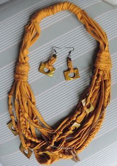 Conjuntos de bisutería - collar y pendientes textiles con madreperla dorada - hecho a mano por Luciana-Torre-SHOP en DaWanda
