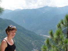 De Tiger Leaping Gorge is China's meest bekende trektocht, op gemiddeld 2500 meter hoogte. Het is een avontuurlijke wandeltocht op een steile kloof. Tijdens onze tweedaagse tocht loop je samen met een gids langs de bovenkant van de kloof. Op het pad heb je enerzijds de kolkende Yangtze rivier onder je, anderzijds de steile bergrotsen. Een leuke toevoeging op je China reis.