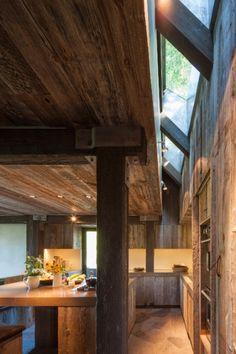 As janelas em diagonal instaladas junto às vigas oferecem iluminação natural extra para a cozinha da residência no Colorado